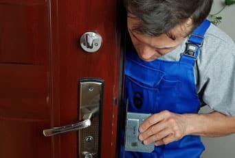 Как поставить замки в металлические двери быстро и без повреждений?