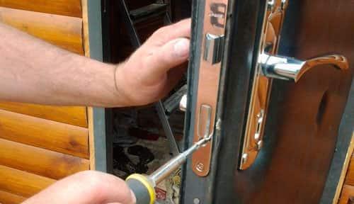Установка цилиндрового замка в дверь